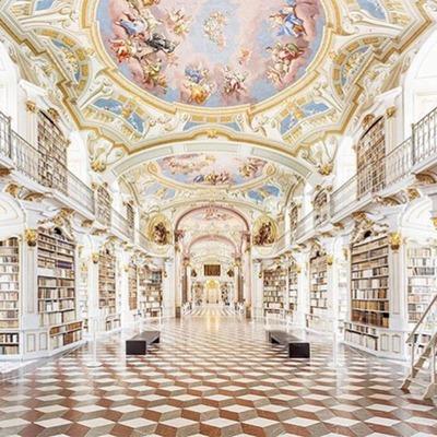 Eine wunderschön verzierte Bibliothek mit Fresken an der Decke