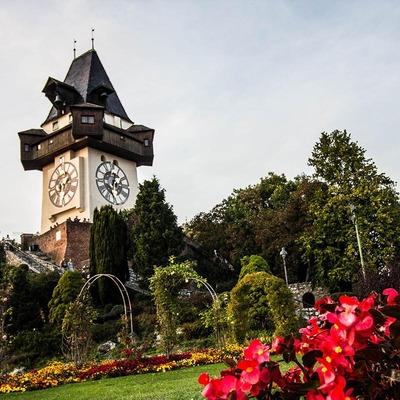Der Grazer Uhrturm in Frühlingslandschaft