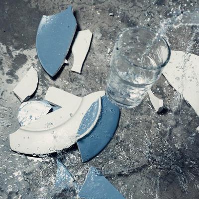Zerbrochene Teller und Gläser