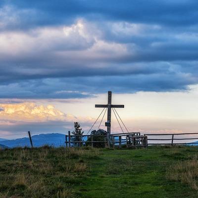 Gipfelkreuz nahe Schutzhaus Hochanger