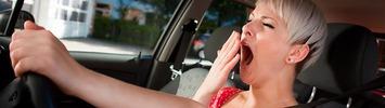 Gähnende Autofahrerin