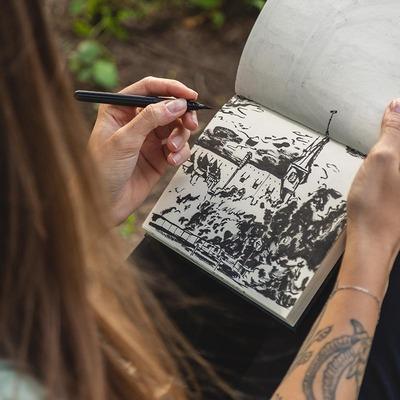 Mariella mit Zeichenblock und Stift