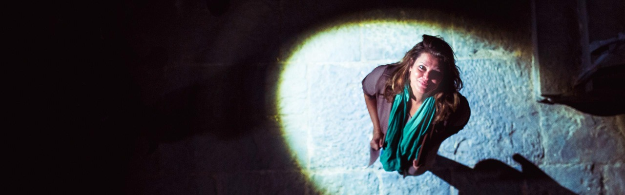 Janina in der Burg Hardegg bei gespenstischer Beleuchtung