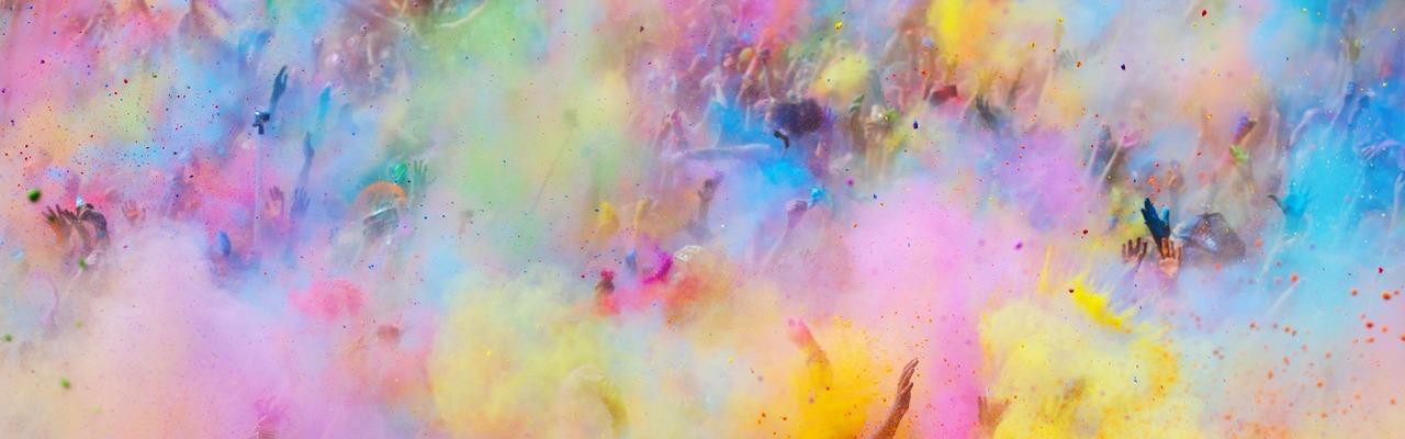 Farbpulver wird in die Luft geworfen