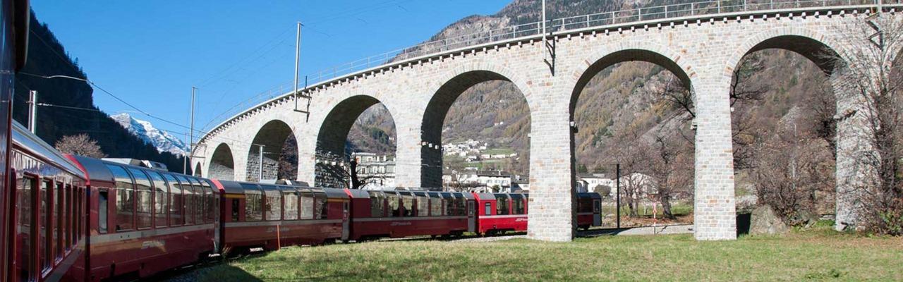 Der schweizer Bernina Express fährt durch das Kreisviadukt