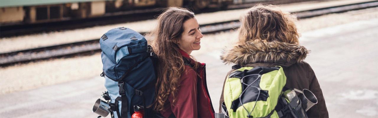 Interrail Reisende am Bahnsteig