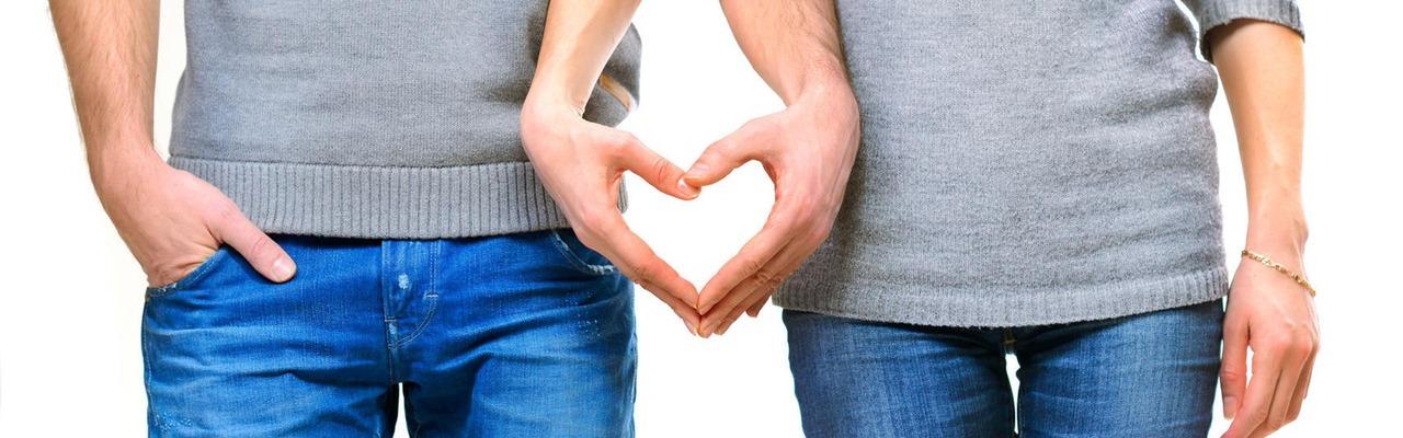 Mann und Frau formen mit ihren Händen ein Herz