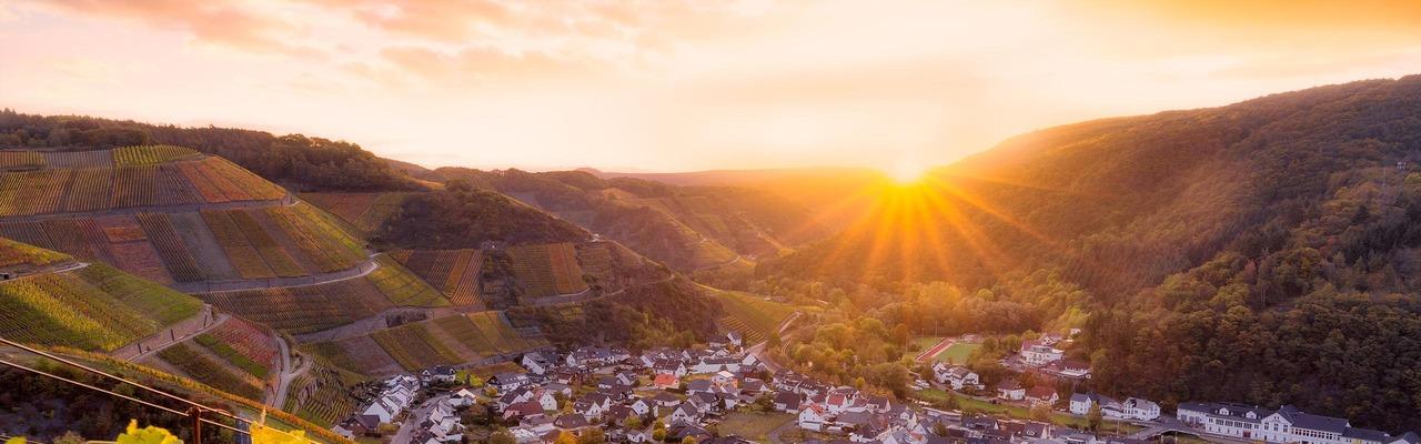 Malerischer Sonnenuntergang vor Dorfkulisse