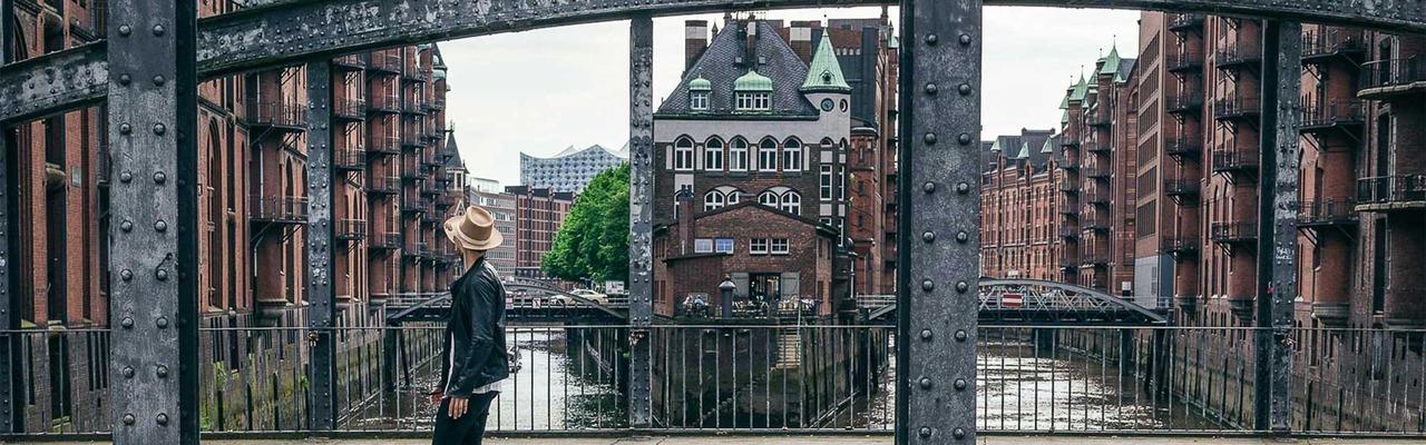 Nuriel Molcho in Hamburg auf einer Brücke