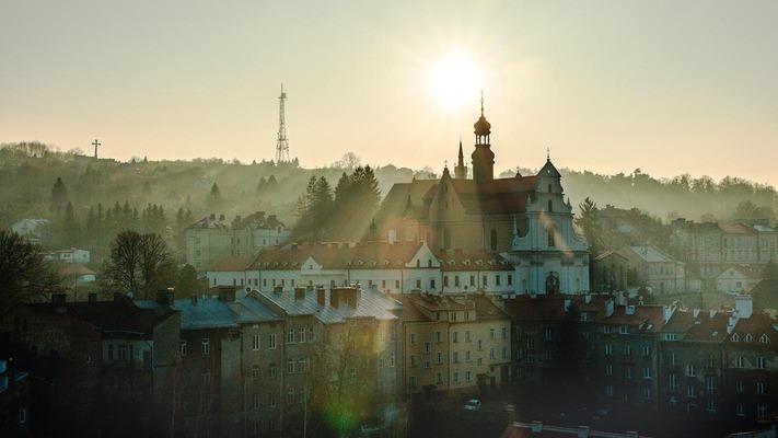 Die Spitzen der Kathedralen und Kirchen über den Dächern in Przemysl