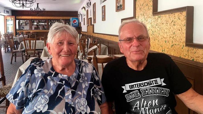 Ein älteres Pärchen sitzt zusammen im Gasthaus