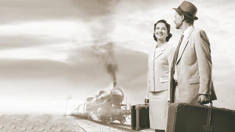 Altes Foto von Paar neben den Gleisen