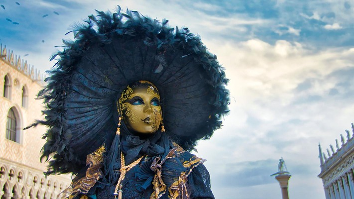 Person in Karnevalsoutfit in Venedig