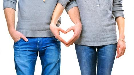 Ein Parr formt ein Herz mit ihren Händen