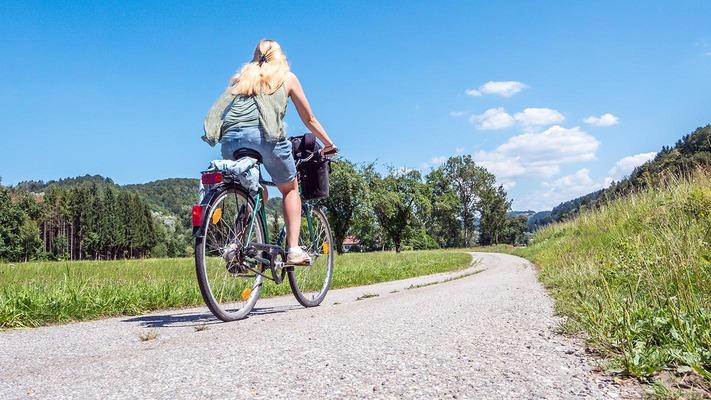 Radfahrerin am Donauradweg