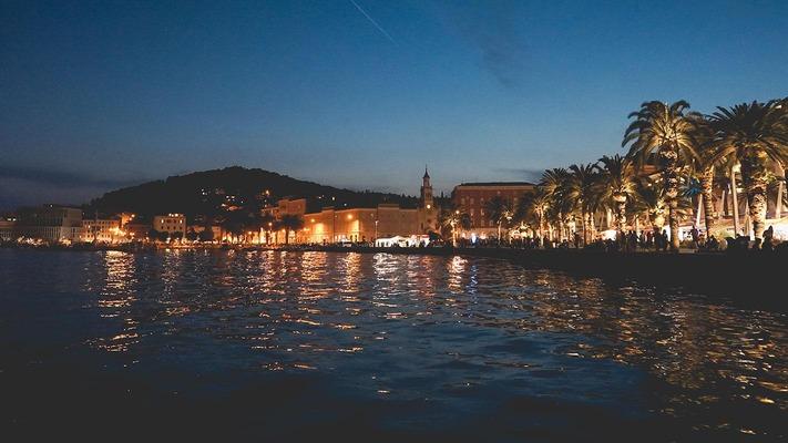 Ufer von Split bei Nacht