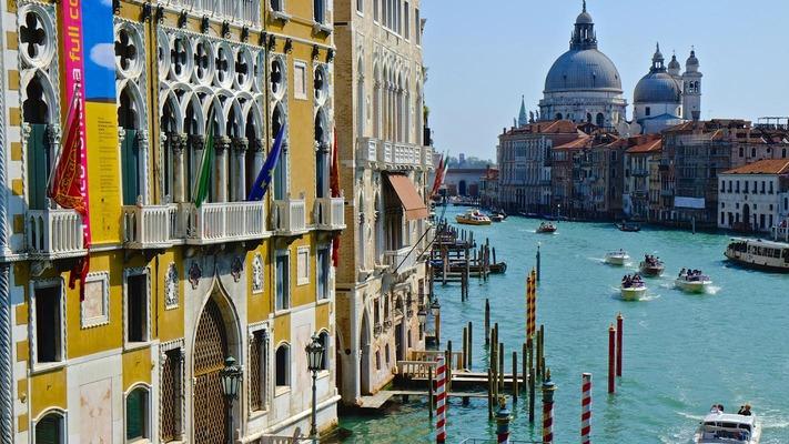 Kanal von Venedig mit Booten