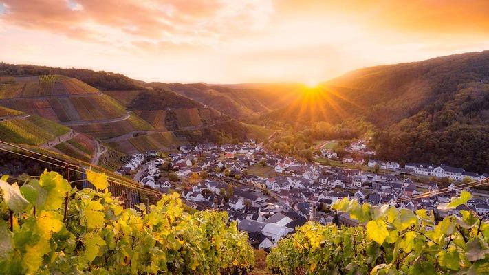 Malerischer Sonnenuntergang vor einer Dorfkulisse
