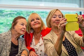 Die 3 Damen vom Gleis beim Selfie im Zug