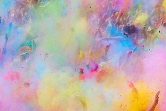 Farbstaub wird bei einem Festival in die Luft geworfen