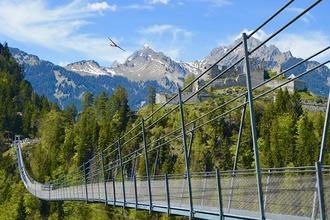 Eine Hängebrücke in Berglandschaft