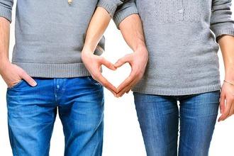 Ein Pärchen formt mit den Händen ein Herz