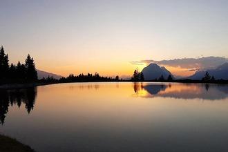 Sonnenuntergang am Kaltwassersee in Seefeld mit der Munde im Hintergrund