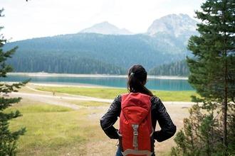 Wanderin blickt auf einen See