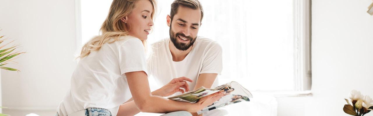 Paar sieht gemeinsam auf Broschüre