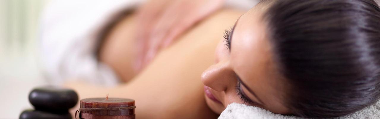 Frau bekommt eine Massagebehandlung