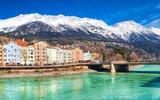 Stadtzentrum von Innsbruck mit schönen Häusern, Inn und Tiroler Alpen