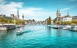 Zürich Zentrum mit Fluss Limmat im Sommer