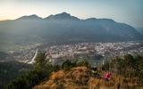 Dötzenkopf - Wanderer in der Dämmerung mit Blick auf die Alpenstadt Bad Reichenhall