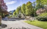 Blühendes Bad Reichenhall mit Blick auf den Springbrunnen im Kurgarten