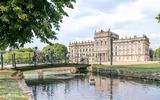 Der Ludwigsluster Schlosspark betört mit seinen Alleen, Teichen und weiten Wiesen. Majestätisch thront das Schloss inmitten der Grünanlage.