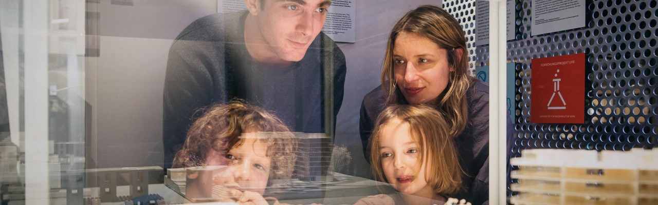 Familie im Technischen Museum in Wien
