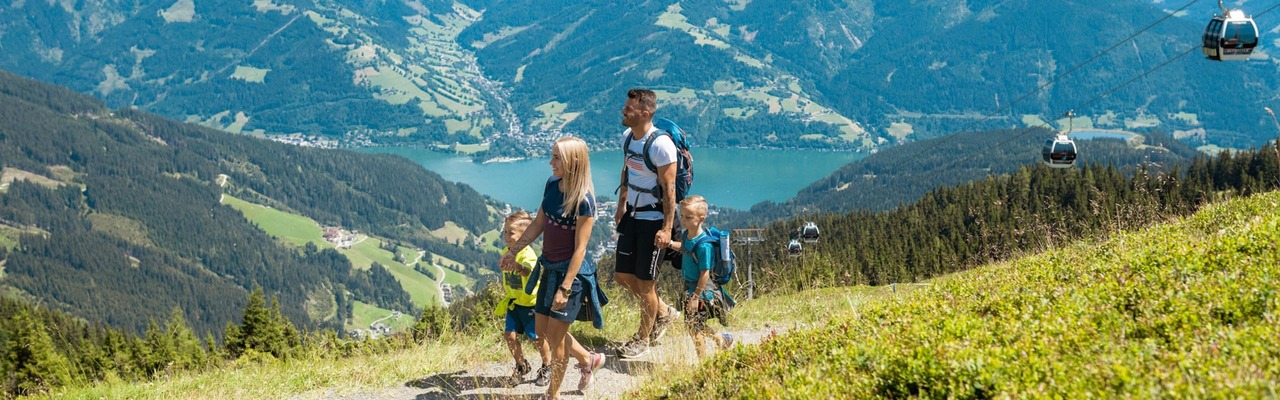 Hiking family on the Schmitten in Zell am See