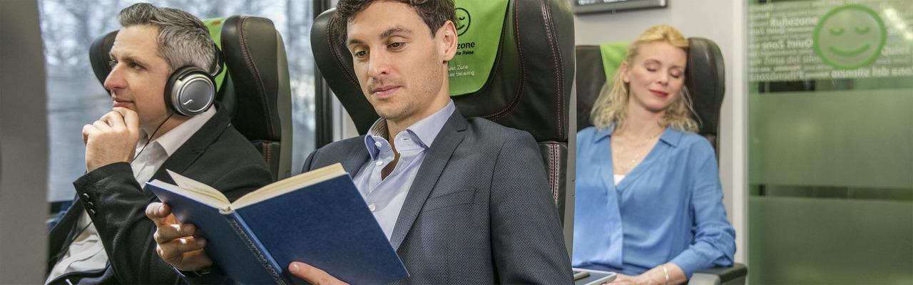 Fahrgäste in der Ruhezone im ÖBB Railjet