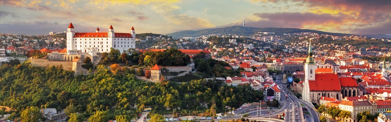 Stadtpanorama mit Schloss in Bratislava