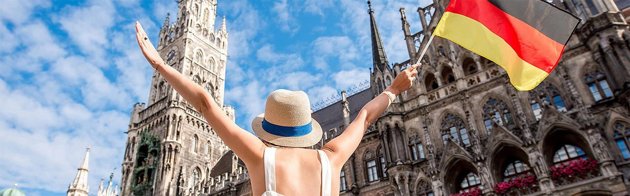 Frau mit Deutschlandflagge vor Rathaus in München