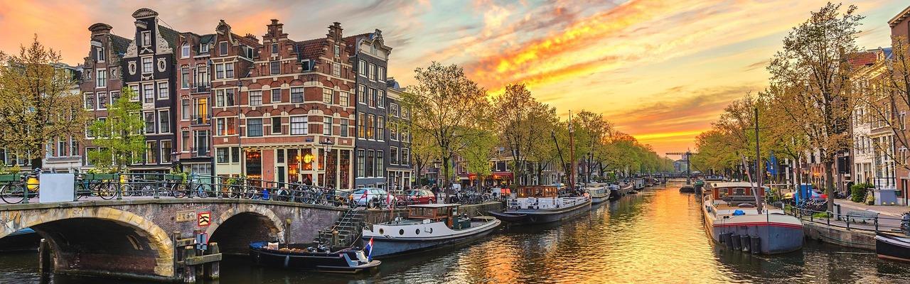 Kanal in Amsterdam bei Dämmerung