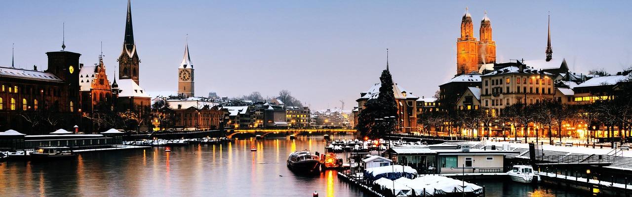 Schneebedecktes Zürich bei Dämmerung