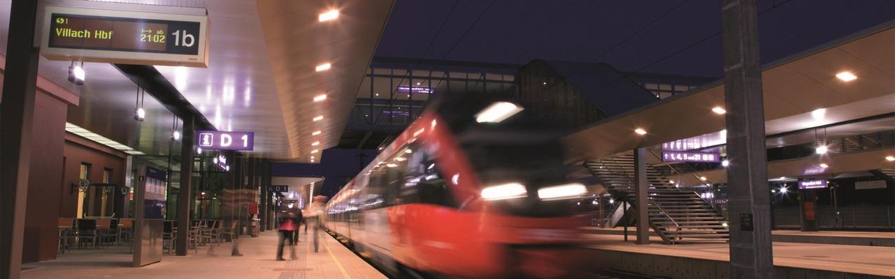 Talent am Bahnsteig bei Nacht