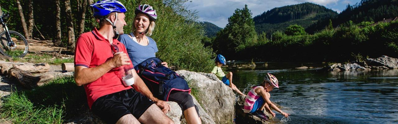 Eine Familie genießt die gemeinsame Zeit an einem Flussufer