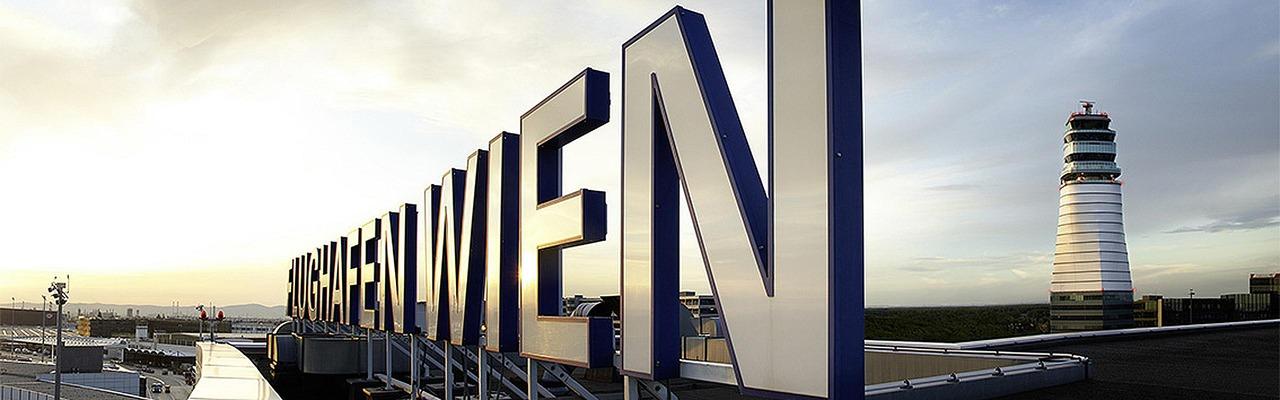 Schriftzug am Flughafen Wien Gebäude