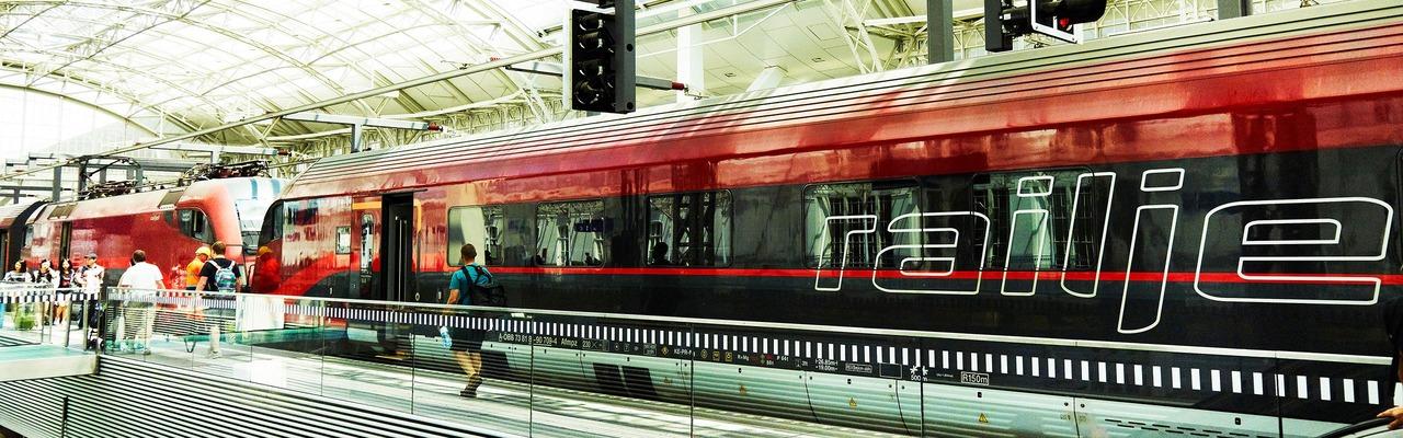Railjet am Bahnhof Salzburg