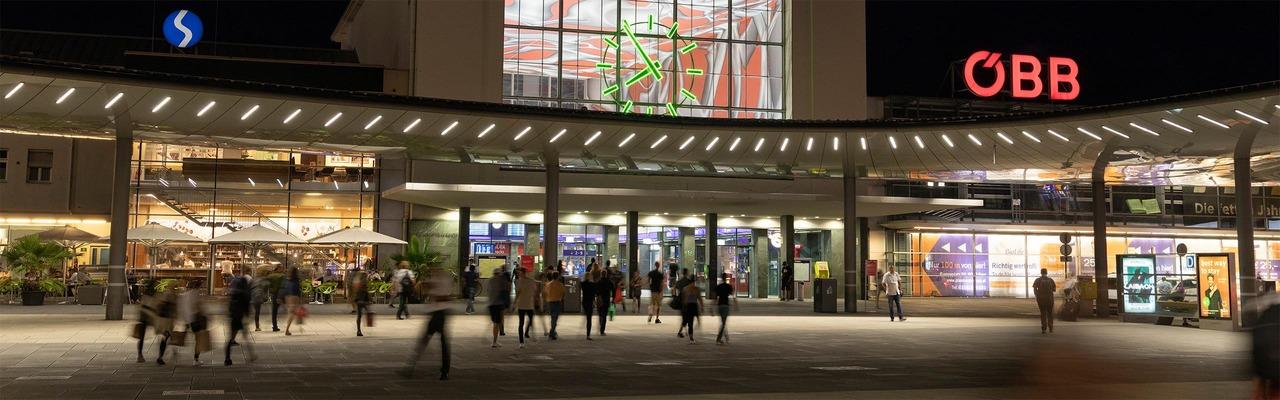 Vorplatz des Hauptbahnhof Graz bei Nacht