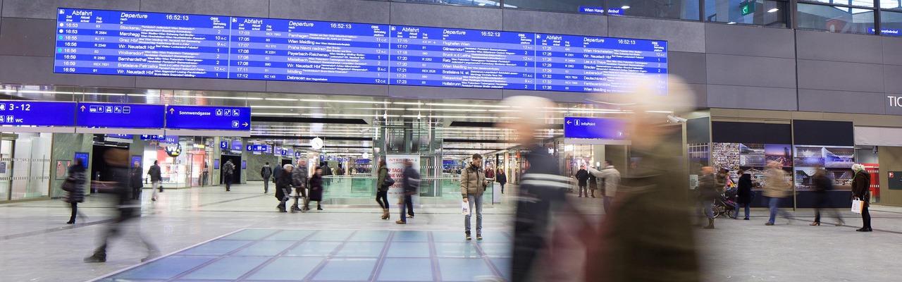 Halle des Hauptbahnhof Wien mit Menschen