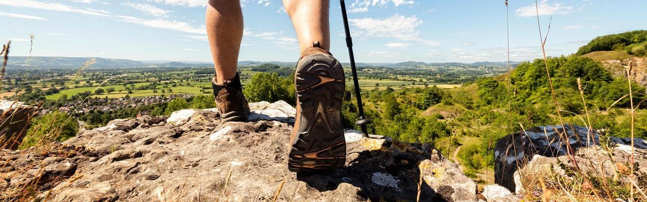 Nahaufnahme von Füßen eines Wanderers in den Bergen