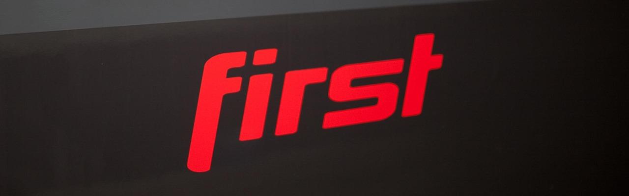 """Railjet """"First""""-Schriftzug"""